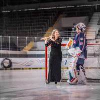 """""""Bolero auf dem Eis"""" - Désirée Wolff mit dem EHC-Goalie Jochen Reimer beim Fototermin in der Münchner Olympia-Eissporthalle"""